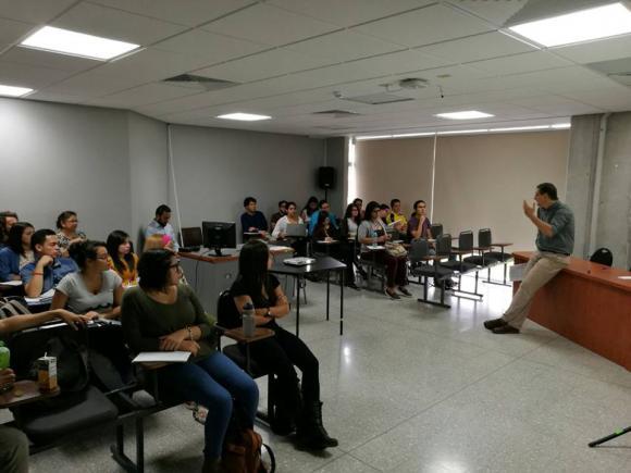 """Profesor Isaías Barreñada impartiendo el seminario """"Sahara Occidental. Cuatro décadas después de una descolonización fallida""""."""