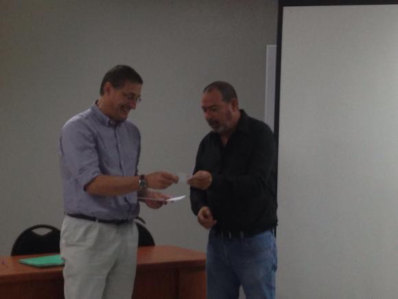 El Director de la Escuela de Ciencias Políticas rinde un agradecimiento al profesor Barreñada
