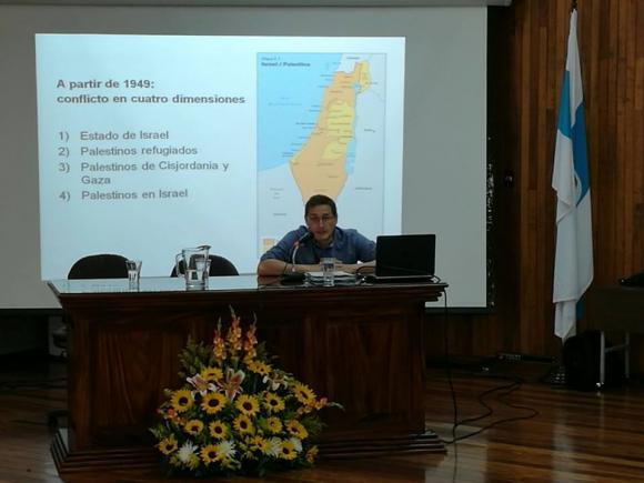 """Profesor Barreñada dictando la conferencia: """"Situación y Proyección del conflicto Palestina-Israel""""."""